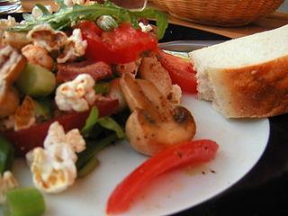 ensalada de setas y tomate