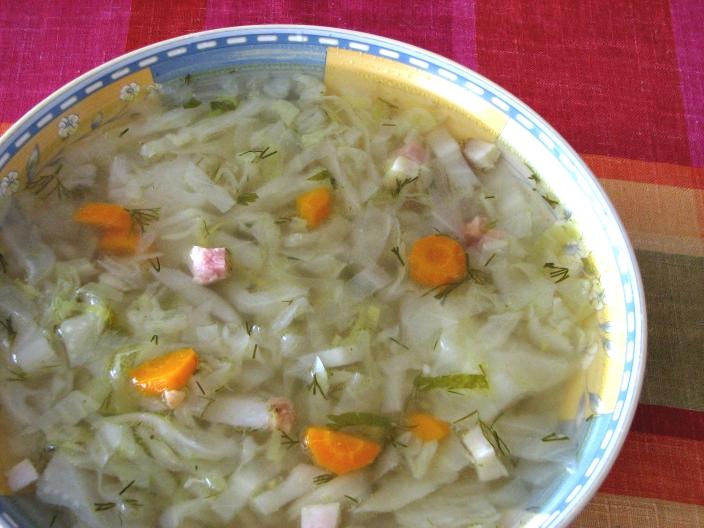 Sopa de legumbres, col y vegetales, ideal para la dieta