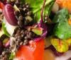 Ensalada tibia de lentejas y pescado, ideal para el verano